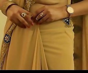 HOT GIRL SAREE WEARING and Showing her NAVEL and BACK 5 min 720p